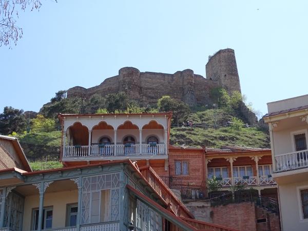 Balkonhäuser unterhalb von Narikala