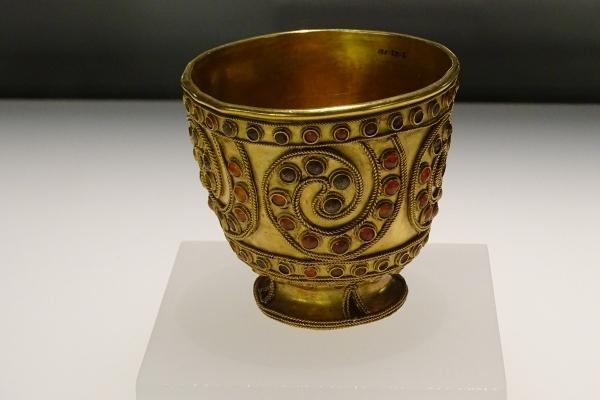 Kunst & Kultur, mit Gold gezierte Schale